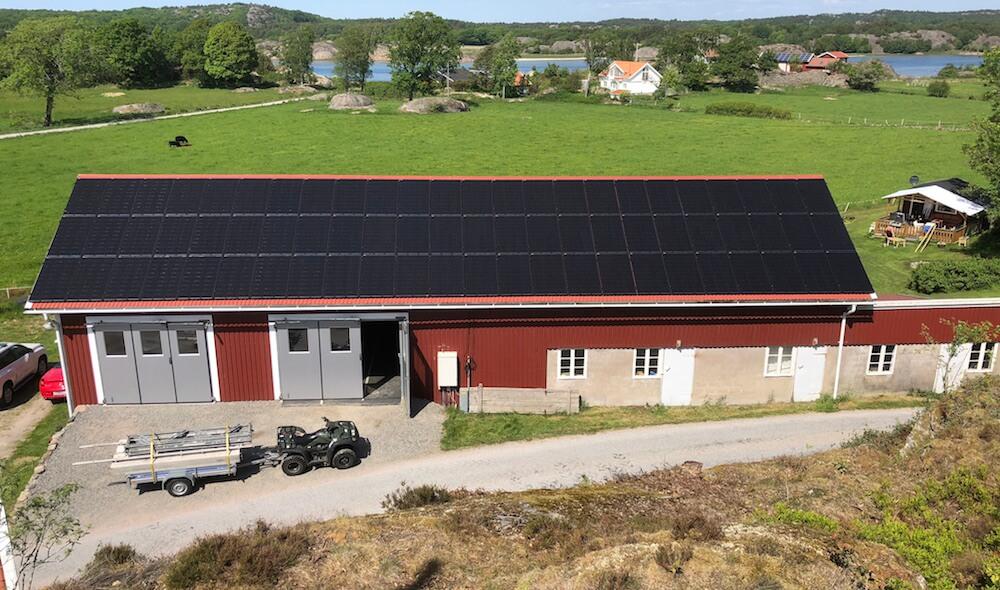 Bilden visar en lantbruksfastighet med solpaneler på taket