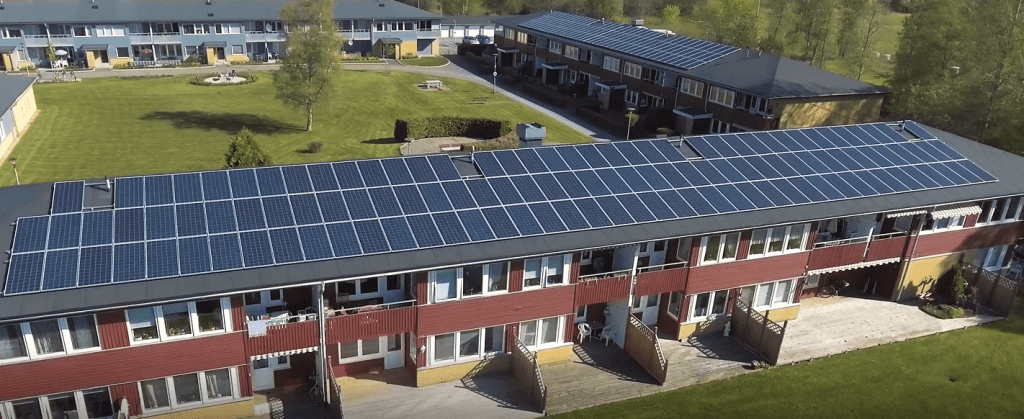Bilden visar exempel på solceller på bostadsrättsförenings tak.